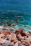 Grandes roches par la mer bleue photo libre de droits