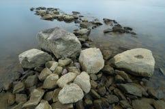 Grandes roches sur la côte photographie stock