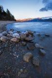 Grandes roches sur le rivage photos stock