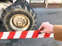 Grandes roues puissantes avec la bande de roulement et pneus de matériel de construction tous terrains, tracteurs, voitures dans  image libre de droits