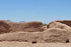 Grandes ruines de maison - les murs et le bâtiment combattent la nature Photographie stock libre de droits
