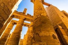 Grandes Salão e nuvens hipostilos nos templos de Karnak Luxor, Egipto foto de stock