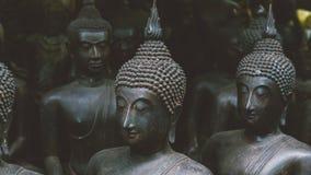 Grandes statues de Bouddha sur le marché thaïlandais local Statues antiques de Bouddha en gros plan Photographie stock