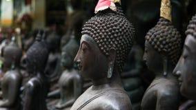 Grandes statues de Bouddha sur le marché thaïlandais local Statues antiques de Bouddha en gros plan Images stock