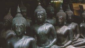 Grandes statues de Bouddha sur le marché thaïlandais local Statues antiques de Bouddha en gros plan Photos libres de droits