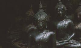 Grandes statues de Bouddha sur le marché thaïlandais local Statues antiques de Bouddha en gros plan Image libre de droits