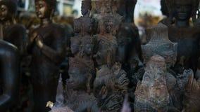 Grandes statues de Bouddha sur le marché thaïlandais local Statues antiques de Bouddha en gros plan Images libres de droits