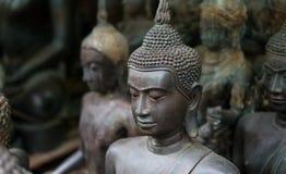 Grandes statues de Bouddha sur le marché thaïlandais local Statues antiques de Bouddha en gros plan Photos stock