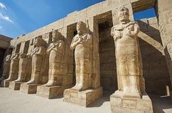 Grandes statues de Ramses 3ème au temple de Karnak à Louxor photo stock