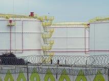 Grandes tanques de óleo em uma área cercada Fotografia de Stock Royalty Free