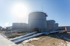Grandes tanques de prata para o armazenamento de produtos petrol?feros no aberto foto de stock royalty free