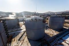 Grandes tanques de prata para o armazenamento de produtos petrol?feros no aberto fotos de stock