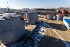 Grandes tanques de prata para o armazenamento de produtos petrol?feros no aberto imagem de stock