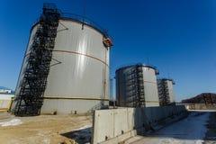 Grandes tanques de prata para o armazenamento de produtos petrol?feros no aberto imagens de stock royalty free