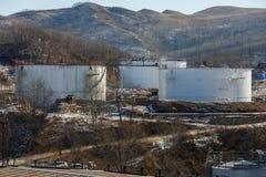 Grandes tanques de prata para o armazenamento de produtos petrol?feros no aberto fotografia de stock royalty free