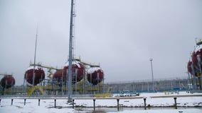 Grandes tanques industriais para a gasolina e o óleo Grandes tanques na fábrica química Os grandes tanques para armazenar o combu filme