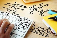 Grandes technologies de données et de nuage Main dactylographiant sur un clavier Images libres de droits