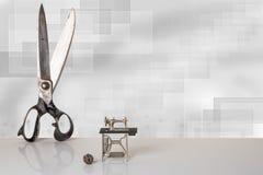 Grandes tesouras velhas profissionais do alfaiate e modelo diminuto de b foto de stock