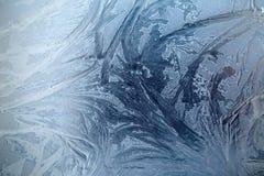 Grandes testes padrões gelados no vidro em tons azuis Fotos de Stock