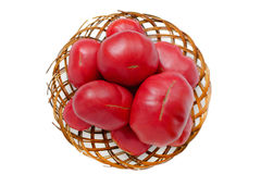 Grandes tomates dans un vieux panier en osier D'isolement Photographie stock