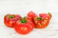 Grandes tomates fraîches rouges sur une vieille table en bois dans le style rustique, foyer sélectif Photos libres de droits
