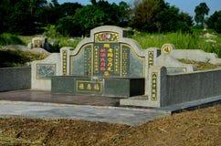 Grandes tombe et pierre tombale chinoises avec l'écriture d'or de mandarine au cimetière Ipoh Malaisie images stock