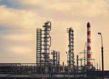 Grandes tubulações que poluem o ambiente na refinaria imagem de stock royalty free