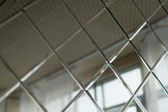 Grandes tuiles de miroir, utilisées pour le décor de mur dans la salle de bains Conception et finissage de pièce photo libre de droits