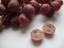 Grandes, uvas suculentas, cor-de-rosa em um corte Fotos de Stock Royalty Free