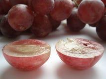 Grandes, uvas suculentas, cor-de-rosa em um corte Imagem de Stock
