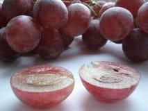 Grandes, uvas suculentas, cor-de-rosa em um corte Foto de Stock Royalty Free