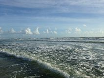 Grandes vagues avec le roulement de mousse sur Daytona Beach aux rivages de Daytona Beach, la Floride photo stock