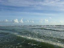 Grandes vagues avec le roulement de mousse sur Daytona Beach aux rivages de Daytona Beach, la Floride photos stock