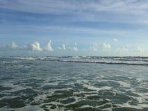 Grandes vagues avec le roulement de mousse sur Daytona Beach aux rivages de Daytona Beach, la Floride photos libres de droits