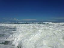 Grandes vagues avec le roulement de mousse sur Daytona Beach aux rivages de Daytona Beach, la Floride image libre de droits