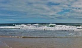 Grandes vagues chez le Cap Hatteras photographie stock libre de droits