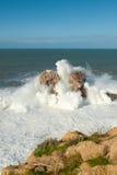 Grandes vagues contre les roches Photographie stock