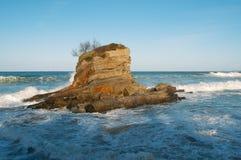 Grandes vagues contre les roches Images stock