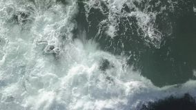 Grandes vagues en mer, fin, vue supérieure banque de vidéos
