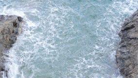 Grandes vagues martelées sur les roches Photo stock