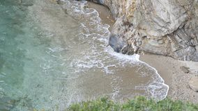 Grandes vagues martelées sur les roches Image stock