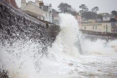Grandes vagues se cassant contre le mur de mer chez Dawlish en Devon Photos libres de droits