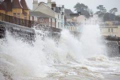 Grandes vagues se cassant contre le mur de mer chez Dawlish en Devon Image stock
