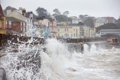 Grandes vagues se cassant contre le mur de mer chez Dawlish en Devon Photographie stock libre de droits