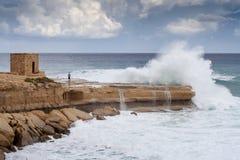 Grandes vagues se cassant sur la roche, Gozo, Malte, l'Europe Photo libre de droits