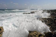 Grandes vagues sur la plage de Cozumel Photographie stock