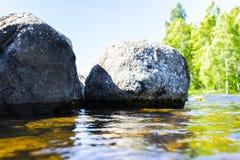 Grandes vagues venteuses éclaboussant au-dessus des roches Éclaboussure de vague dans le lac contre la plage Vagues se cassant su Photo libre de droits