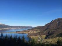 Grandes visiones sobre los fiordos y la montaña Foto de archivo libre de regalías
