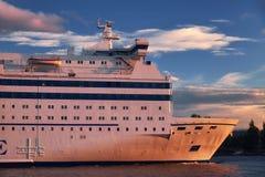 Grandes voiles blanches de bateau de ferry le long de la côte photographie stock