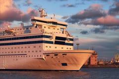 Grandes voiles blanches de bateau de ferry le long de la côte image libre de droits